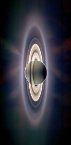 saturno-y-mas-4-Saturn+eclipsing+the+sun,+with+the+Earth+visible+in+the+upper+left+section+of+Saturn's+rings